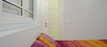 דלת פנים בשילוב זכוכית בחדר שינה מעוצב