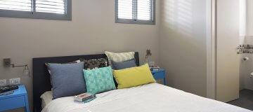 חדר שינה בגוונים צבעוניים