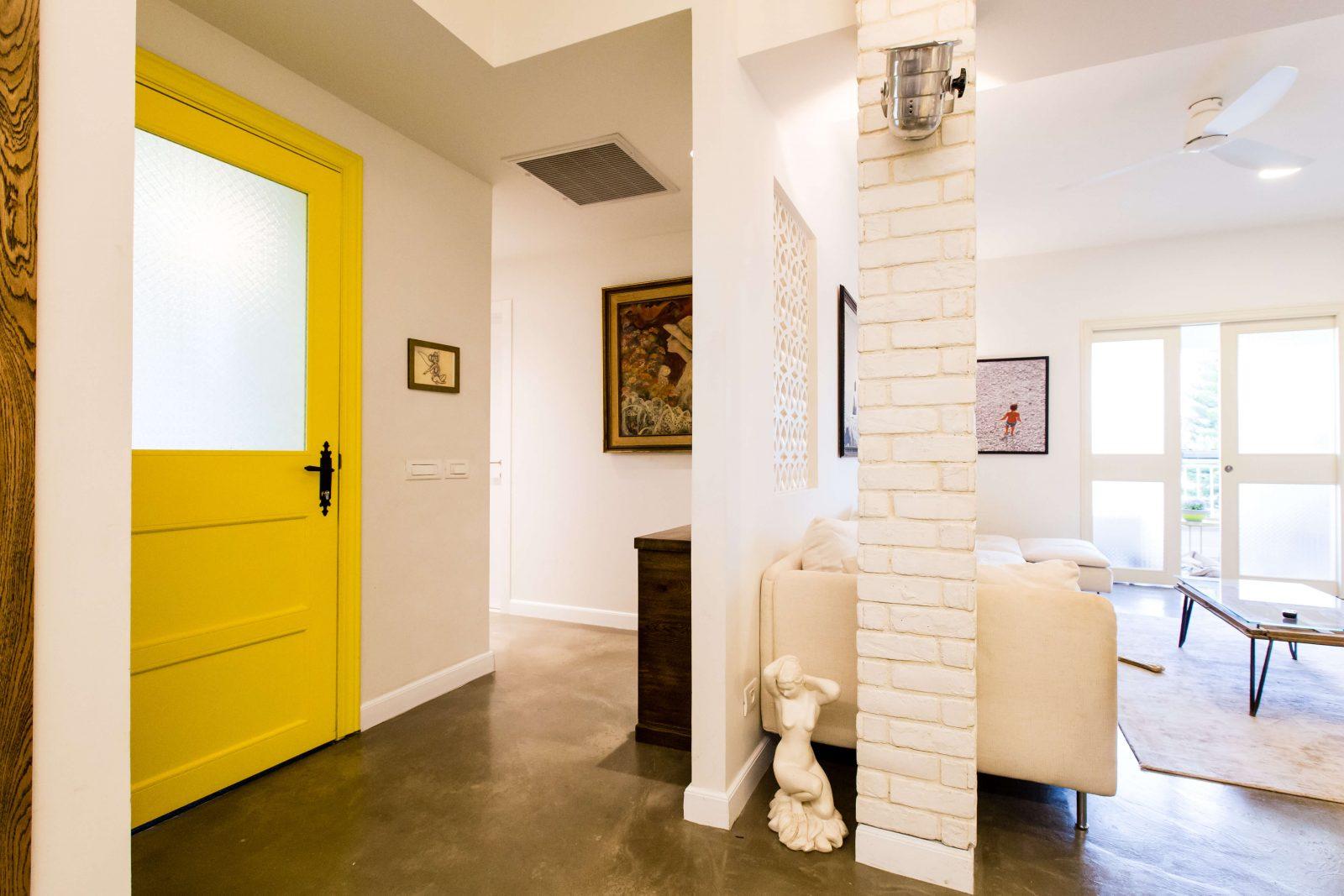 דלת כניסה לבית בצבע צהוב