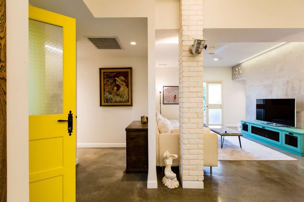 דלת פנים צהובה ומרימה את עיצוב פנים הבית