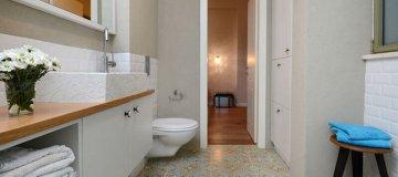 חדר אמבטיה מעוצב עם דלת פנים בכניסתו