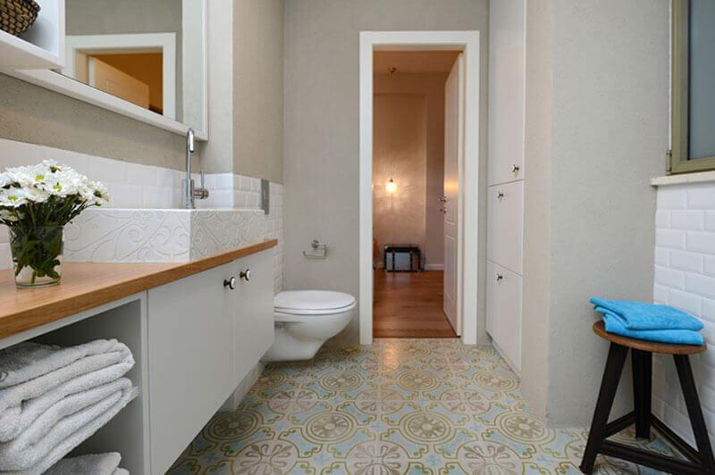 חדר אמבטיה מעוצב עם דלת פנים
