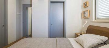 דלת פנים מעוצבת בצבע אפור