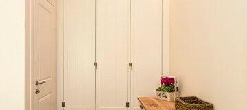 דלת פנים בעיצוב קלאסי בחדר השינה