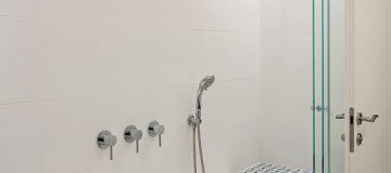 דלת פנים בצבע לבן עמידה במים בחדר האמבטיה