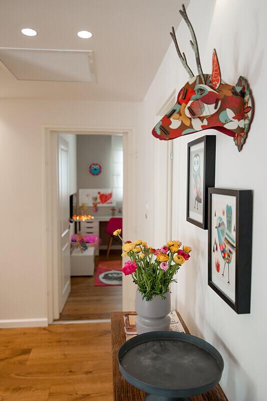 עיצוב סוריאליסטי בשילוב דלת פנים בכניסה לחדר