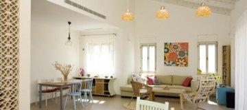 חלל מרכזי בבית הכולל סלון ופינת אוכל מעוצבים