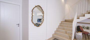 דלתות פנים לצד מדרגות