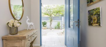 דלת כניסה בצבע כחול