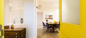 דלת כניסה צהובה